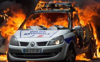 O masina a politiei a fost incendiata la Paris