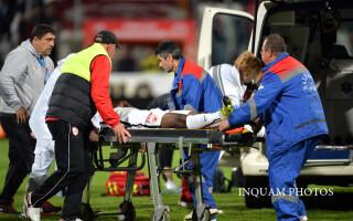 Momentul in care jucatorul dinamovist Patrick Ekeng-Ekeng primeste primele ingrijiri dupa ce s-a prabusit pe gazon, in timpul meciului dintre Dinamo si Viitorul Constanta
