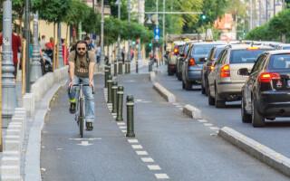 ciclist si masini pe calea victoriei
