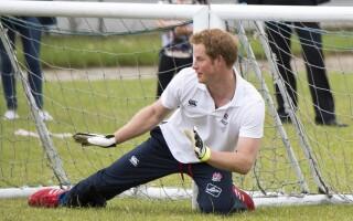 printul Harry joaca fotbal cu copii