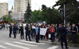 Mai multe persoane protesteaza in centrul municipiului Zalau, in timpul vizitei premierului Viorica Dancila