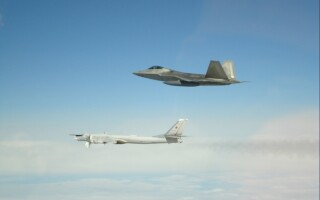 Bombardiere și avioane de vânătoare ruse, interceptate de F-22 americane