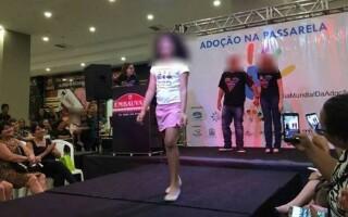 """Copii şi adolescenţi, """"scoşi la ofertă"""" într-un mall"""