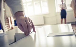 Mama primarului Constanţei ar fi încercat să introducă în urnă mai multe buletine de vot