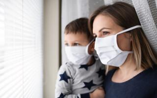 Femeie și copil, cu mască