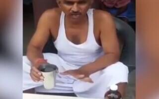 Un parlamentar indian bea urină de vacă, considerând că așa se poate feri de COVID