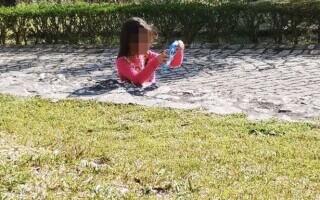 """Iluzia optică a fetiței care se scufundă în beton """"topește creierul oamenilor"""". Îți poți da seama ce s-a întâmplat, de fapt?"""
