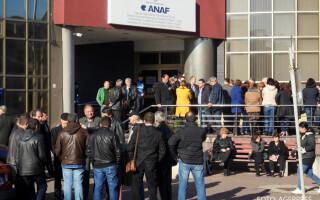 Angajati ai Administratiei Judetene a Finantelor Publice Buzau - ANAF participa la un protest spontan