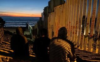 """""""Venim în pace"""". Mesajul migranților care au ajuns la frontiera SUA"""