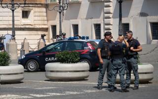 O româncă a lovit un polițist în Italia, băgându-l în spital