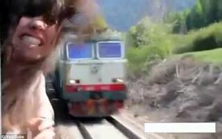 fata scoate capul pe geamul trenului