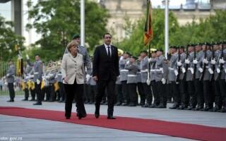 Victor Ponta, Angela Merkel - Facebook