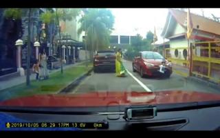 Un copil a supraviețuit în mod miraculos după ce o mașină a trecut peste el. VIDEO