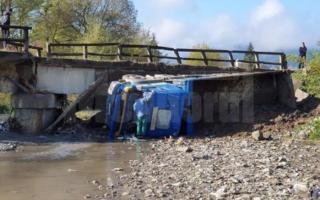 Un pod din Suceava a căzut cu tot cu camionul care îl traversa. Ce spune primarul
