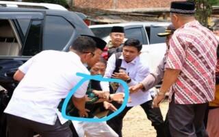 Ministrul securităţii din Indonezia a fost grav rănit joi, în timp ce vizita un oraş din insula Java.