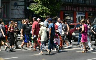 oameni pe strada