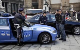 Româncă din Italia, arestată după ce și-a șantajat amantul. Câți bani a scos de la el ca să nu-l pârască soției