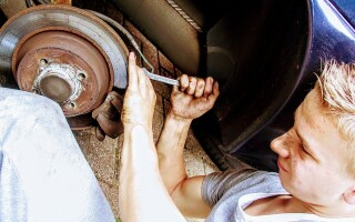 (P) 4 metode de a salva bani atunci când repari maşina