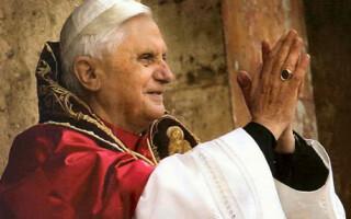 Papa a fost primit de sotii Sarkozy