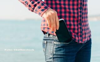 smartphone in pantaloni - SHUTTERSTOCK