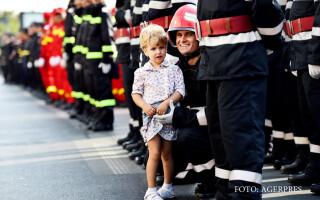 O fetita participa la evenimentul de inmanare a Drapelului de lupta Inspectoratului pentru Situatii de Urgenta 'Dealul Spirii' Bucuresti-Ilfov in semn de recunoastere a sacrificiilor tuturor generatiilor de pompieri, la Monumentul Eroilor Pompieri din Buc