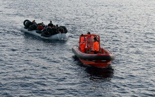 barca cu migranti oprita de garda de coasta turca