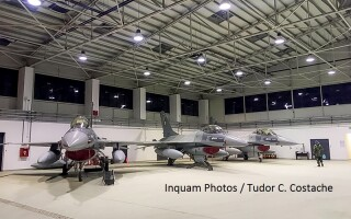 aeronave de tip F-16 Fighting Falcon, intr-un hangar la Baza Aeriană 86 Borcea