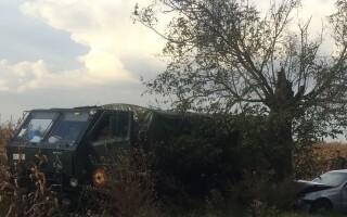 Accident cu 4 răniţi, după ce un şofer a vrut să depăşească un vehicul al armatei