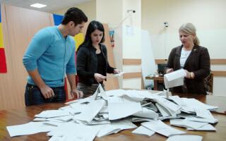 Membrii comisiei din cadrul sectiei electorale speciale din incinta Garii de Nord din Bucuresti au inceput procedurile de numarare a voturilor