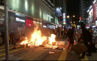 Noi incidente violente pe străzile din Hong Kong. Ce au încercat să facă unii protestatari