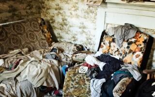Casa ororilor: un copil de 4 ani a fost găsit printre seringi și gunoaie. Ce spun vecinii