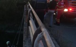 A petrecut o noapte întreagă pe capota mașinii după ce a căzut în canal
