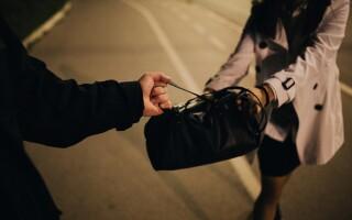 I-a fost furată geanta, iar hoțul i-a folosit identitatea. Ce e obligată să facă acum