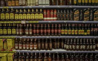 A furat două sticle de whisky și le-a băut chiar în magazin. Ce a urmat