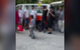 Un sârb de 42 de ani, reținut pentru trafic de migranți. Cum transporta 17 sirieni în România