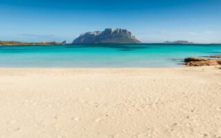 Turist amendat cu 1.000 de euro după ce în bagajele lui s-au găsit 2 kg de nisip