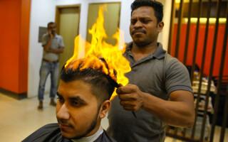 S-a ales cu arsuri pe cap şi 7 zile de concediu medical după ce frizerul a vrut să-l tundă cu bricheta