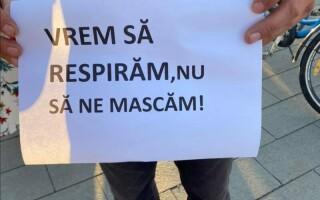 """Protest anti-mască în școli la Cluj Napoca. """"Vrem să respirăm, nu să ne mascăm"""""""