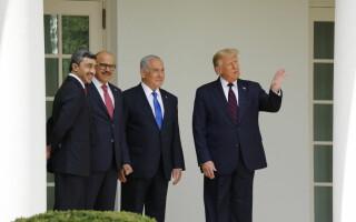 Donald Trump, Benjamin Netanyahu, ministrul de externe al EAU, şeicul Abdallah bin Zayed Al-Nahyan, şi cel al Bahrein, Abdel Latif al-Zayani