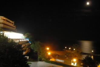1.500 de turisti asteapta sa ia lumina, la malul marii
