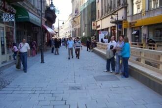 Cele doua Romanii din centrul Bucurestiului. Reportaj in spatele teraselor de fite din Lipscani