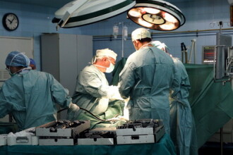 A intrat in coma,dupa ce i-au lasat creierul neoxigenat in timpul operatiei