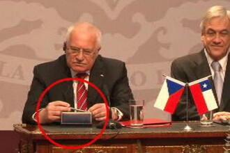 Uite-l cum fura! Presedintele Cehiei, filmat cand baga un stilou in buzunar