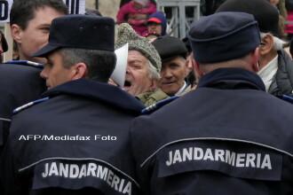 Angajatii de la Arpechim au protestat ajutati de jandarmi