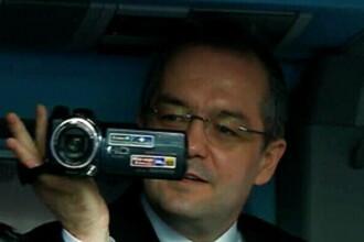 Emil Boc a intrat in pielea jurnalistilor. Premierul care te filmeaza