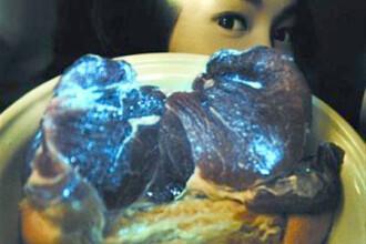 Ce au ajuns sa manance chinezii: carne de porc albastra, fosforescenta.FOTO