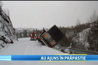 Imagini incredibile. Un camion aflat pe marginea prapastiei trage dupa el vehiculul care il tracta