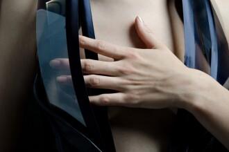 Hainele care devin transparente pe masura ce bataile inimii cresc in intensitate. VIDEO 16+