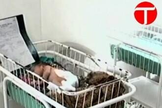 O fetita din Pakistan s-a nascut cu trei maini, din cauza unei afectiuni rare. IMAGINI NECENZURATE