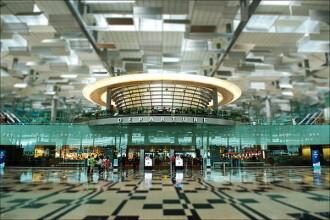 Cel mai spectaculos aeroport din lume. Piscina pe acoperis, gradini, cinema, sali de fitness si cascade. FOTO